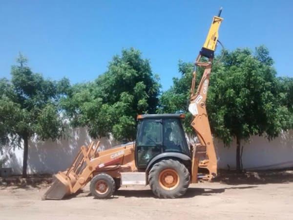 Retro Escavadeira com Rompedor